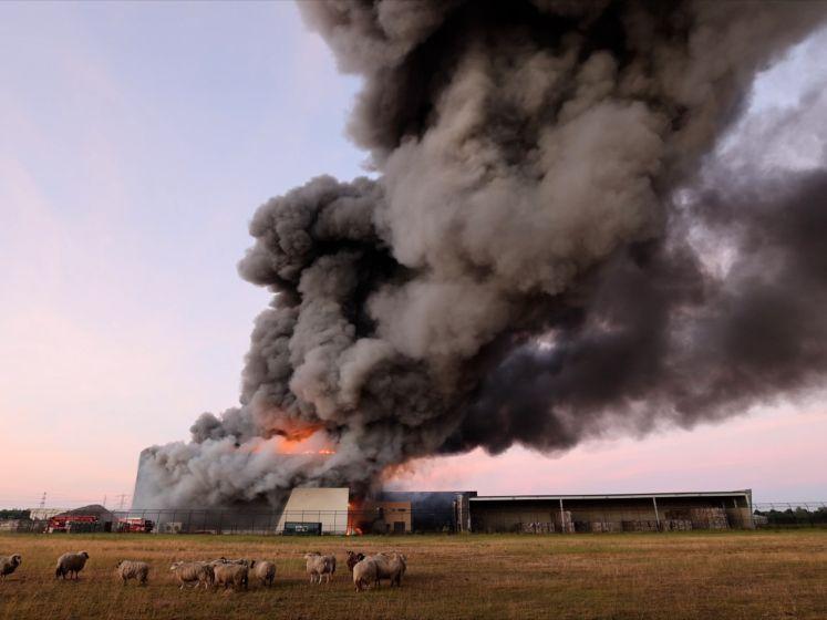 Zwarte rookwolken boven Zwolle: enorme brand in afvalbedrijf