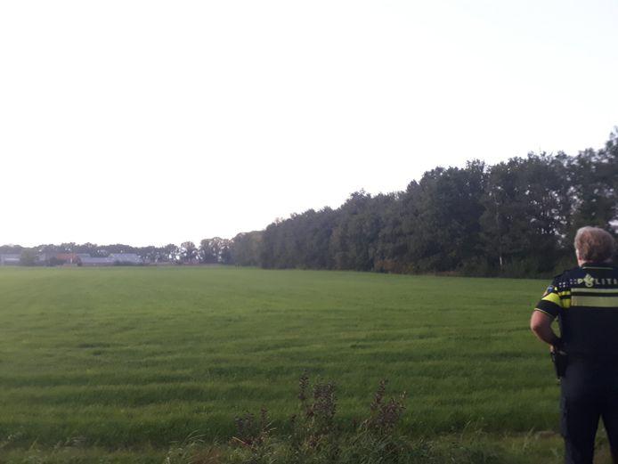 De politie zocht dinsdag in de omgeving van de Lieversdijk bij Aalten naar een dief die geld had weggenomen uit een boerderijwinkel.