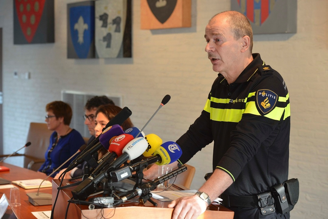Lute Nieuwerth van de politie tijdens de persconferentie in Geldermalsen.