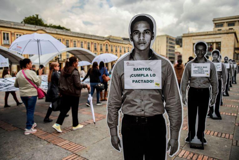 In Bogota wordt het vredesakkoord met de Farc één jaar na dato gemarkeerd met foto's van de vele vermisten en van de slachtoffers die het conflict heeft geëist. Beeld AFP