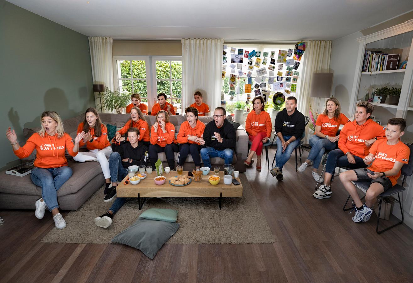 Vrienden en familie van Niels Vink kijken naar de finalewedstrijd, links Nicole van Beek, de moeder van de atleet.
