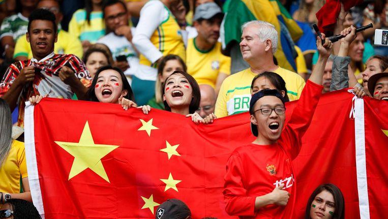 Chinese fans in Rio met een correcte vlag. Beeld epa