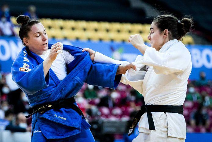 Guusje Steenhuis (r) in actie tegen Marhinde Verkerk tijdens de Europese Kampioenschappen Judo.