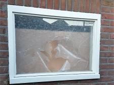 Klagers over zware vuurwerkknallen Zwartsluis zitten met lekke autobanden en vernield raam