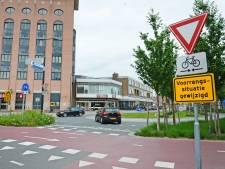 Enschede gaat tegen verkeer inrijden op verkeersplein moeilijker maken: 'Zijn ermee bezig'