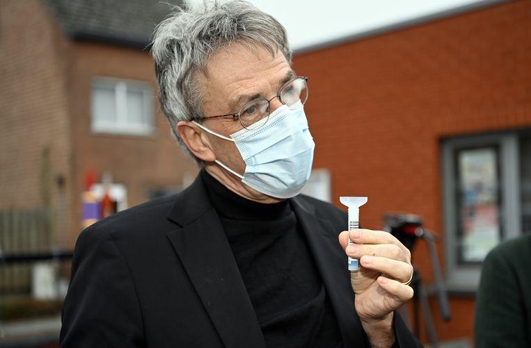 Professor Herman Goossens legt het gebruik van een speekseltest uit, vorige week op een school in Diest. Beeld BELGA