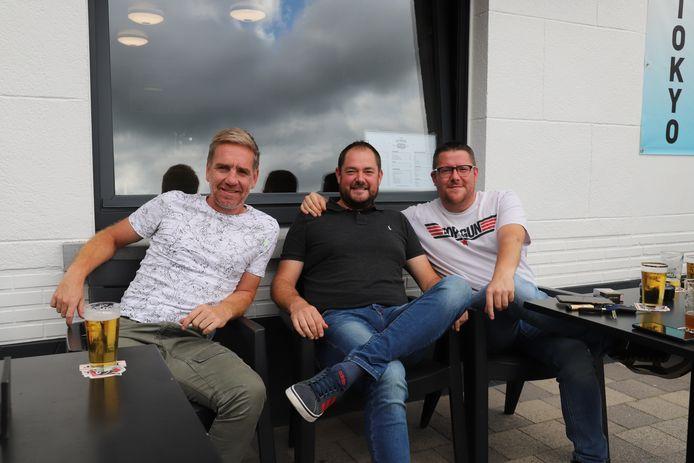 Supporters Gust Verdeye, Michael Dubois en Peter Goeman in café In De Rustberg in Schepdaal.