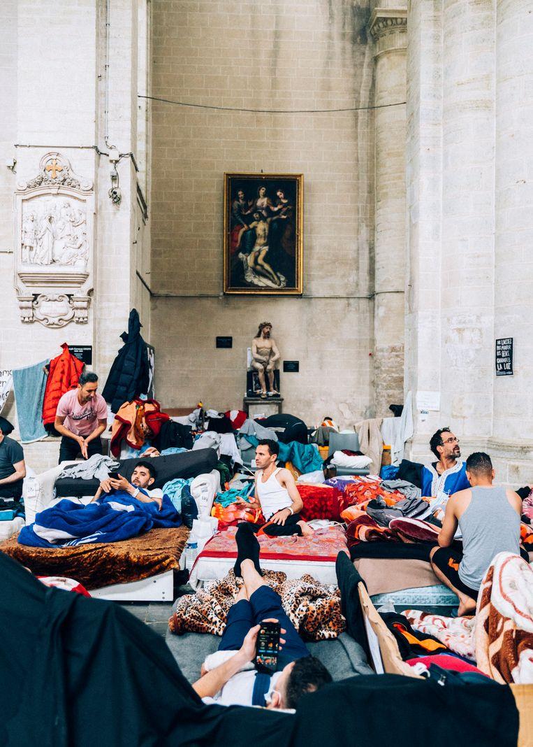 Belgische illegalen in hongerstaking hebben hun intrek genomen in de Begijnhofkerk in Brussel. Na ruim een maand niet eten, is hun fysieke toestand precair geworden. Beeld Rebecca Fertinel