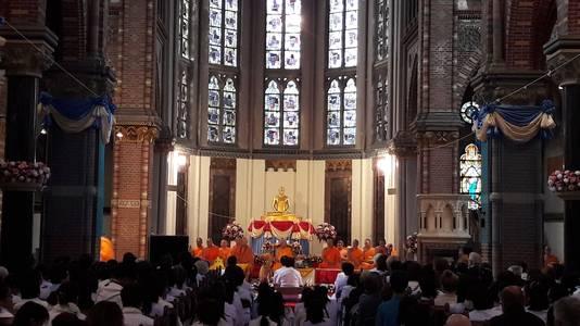 Honderden mensen kwamen naar de ceremonie.