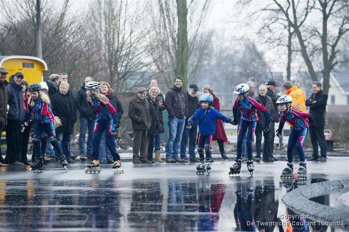 Nick Evertzen (9), Julia Wilms (11) en de broers Joost (6), Jasper (11) en Thijs Leverink (9) hadden de eer om op skeelers de eerste rondjes te maken op de combibaan aan de Van Alphenstraat. Foto: Frans Nikkels