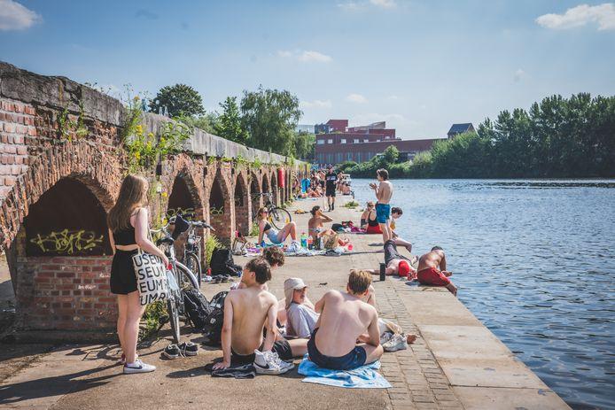 Aan het Houtdok zaten mensen, maar die bleven netjes uit het water.