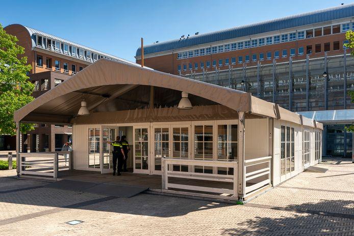 De tijdelijke ingang van het Paleis van Justitie in Den Bosch.