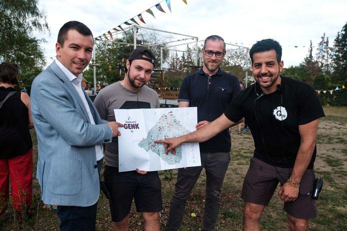 Schepen van jeugd Toon Vandeurzen stelt de vernieuwde speelkaart voor met Joachim Troch en Maarten Luyts van het jeugdcentrum Rondpunt 26 en Jama Ben-Kacem van het jeugdwelzijnswerk Gigos Genk.