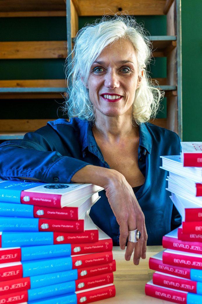 Charlie Paludanus tussen haar boeken
