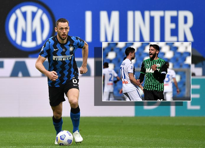 Stefan de Vrij. Inzet: Domenico Berardi maakt namens US Sassuolo de 1-1 tegen Atalanta.
