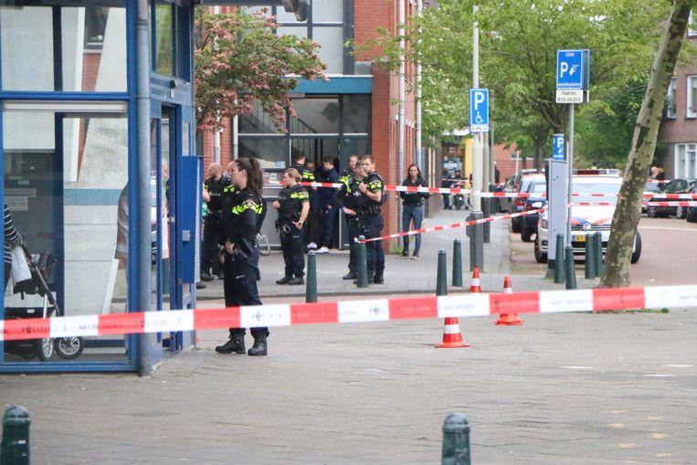 De politie is met veel man aanwezig in de buurt.