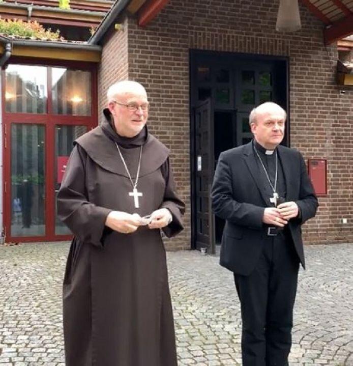 Bisschop Hans van den Hende van Rotterdam (r) en diens confrater Anders Arborelius van Stockholm.