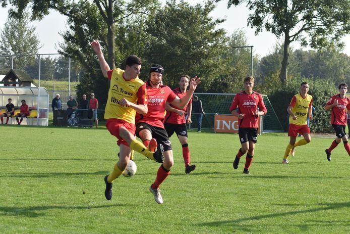 Arnemuiden (gele shirts) moest thuis een 2-3-nederlaag incasseren tegen Yerseke.