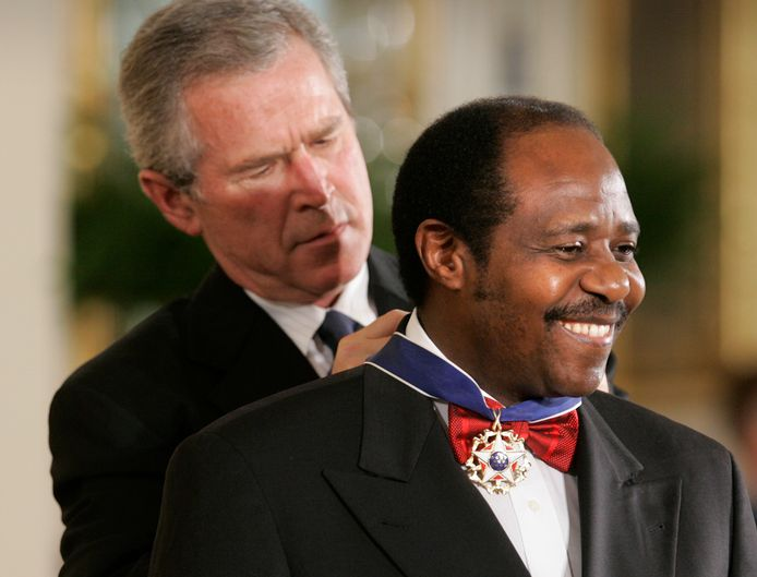 Toenmalig Amerikaans president George W. Bush bekroonde 'Hotel Rwanda'-held Paul Rusesabagina in 2005 met een Medal of Freedom.