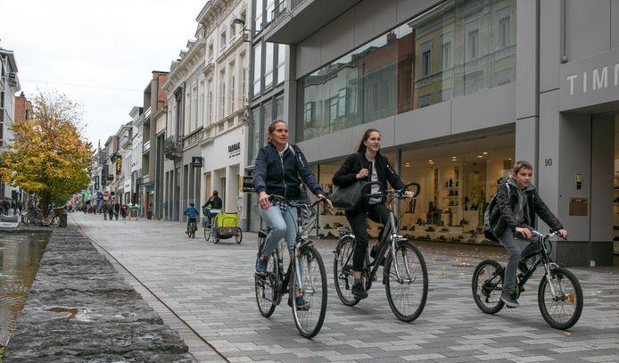 De Stationsstraat in Sint-Niklaas, waar wel vaker speed pedelecs opduiken. Die snelle elektrische fietsen zijn er echter verboden.