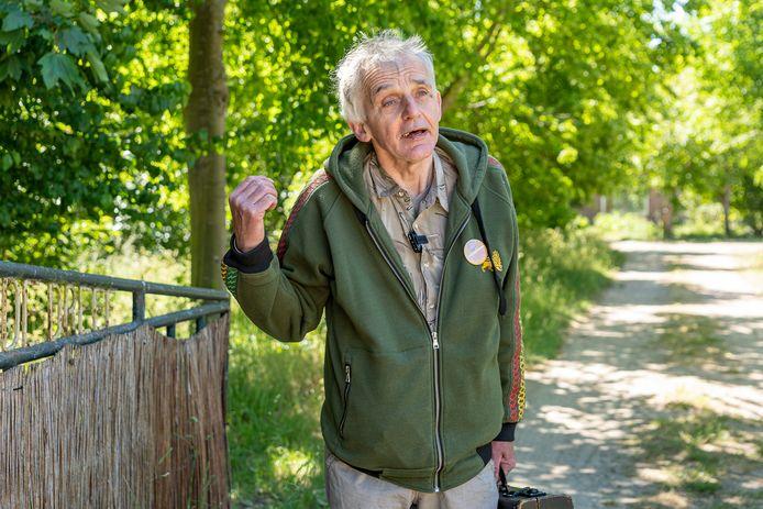 Karel Steur bij ingang naar oude familieboerderij aan de Dreef in Renesse.