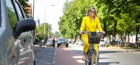 Koningin Máxima gewoon op de fiets naar museum