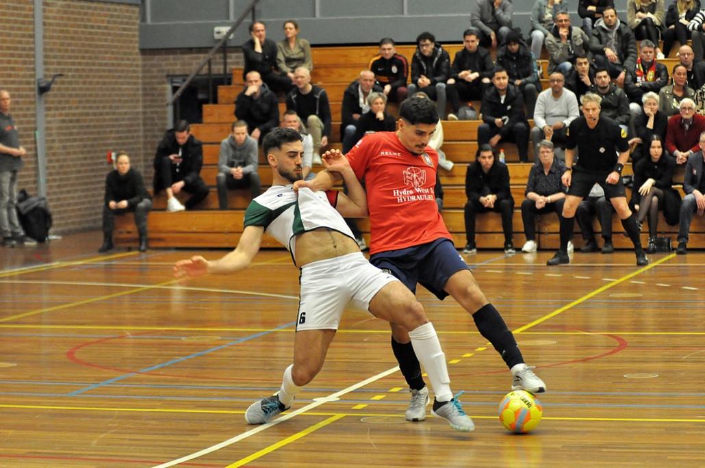 Saïd Bouzambou (rechts) in actie namens Hovocubo, tijdens het duel met Tigers Roermond (8-1).