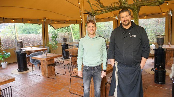 Michaël De Wreede en Steve Lombaerts in hun pop-uprestaurant in de tuin van het cateringbedrijf.