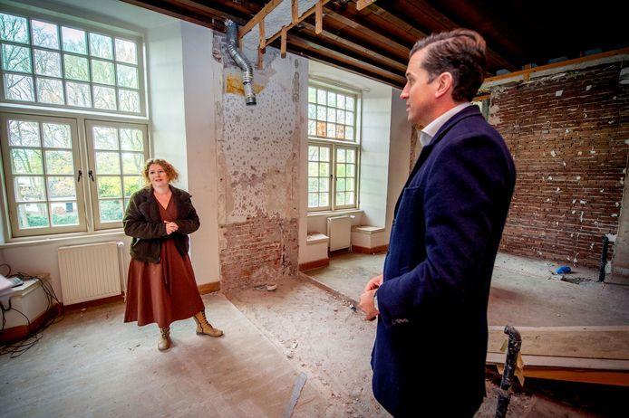 Wethouder Nick Derks en directeur van Museum Kasteel Wijchen Rylana Seelen in Kasteel Wijchen, dat nu nog wordt verbouwd.