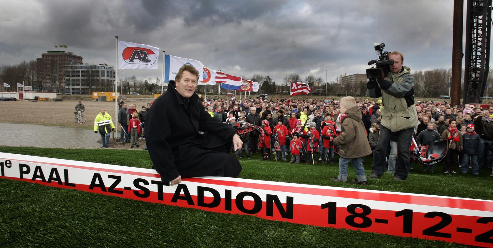 AZ-voorzitter Dirk Scheringa poseert zaterdag 18 december 2004 voor de camera's voor het slaan van de eerste paal van het nieuwe stadion van de Alkmaarse voetbalclub. De stad vierde feest.