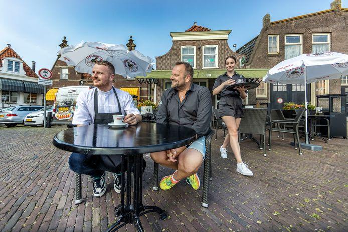 Horeca-ondernemer Jacco Schilder met zijn zoon Theo (l) van De 80 Seafood & Wine in Enkhuizen. Hij kon niet genoeg arbeidskrachten vinden en heeft maar besloten zijn terras fors te verkleinen.