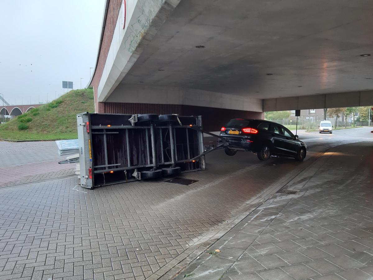 De aanhanger viel om na een botsing met het lage viaduct.