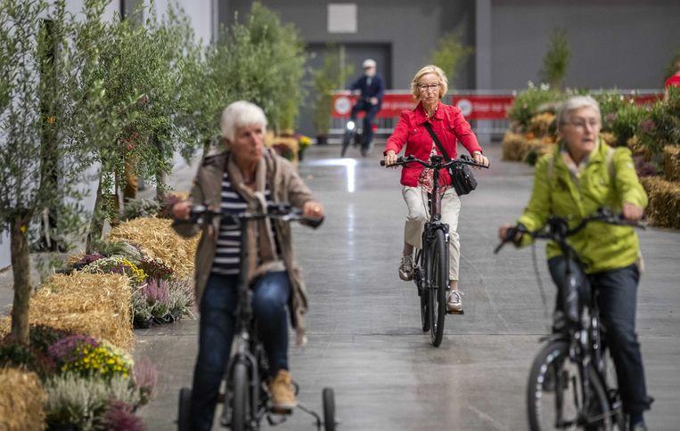 Bezoekers testen een elektrische fiets tijdens de 50Plusbeurs in de Jaarbeurs. Beeld ANP