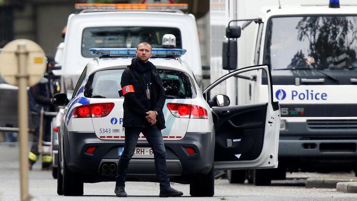 Een agent tijdens een reconstructie van de recente aanslagen