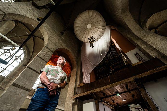 Eef Peeters van Arnhems Oorlogsmuseum 40-45 onder de parachute in de Walburgiskerk: een eerste glimp van de expositie iver de bezettingsjaren van de Gelderse hoofdstad en de Slag om Arnhem.