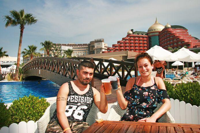 Priscilla Monch en haar vriend Muzaffer proosten op hun vakantie in Turkije.