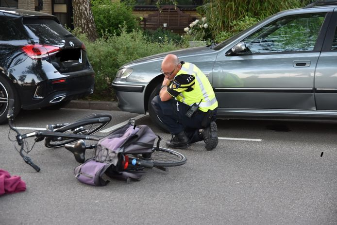 De fietser botste tegen een openslaande autodeur aan in de Kamperfoeliestraat, in Heteren