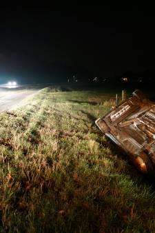 Auto op kop in sloot bij Azewijn: bestuurder komt met de schrik vrij