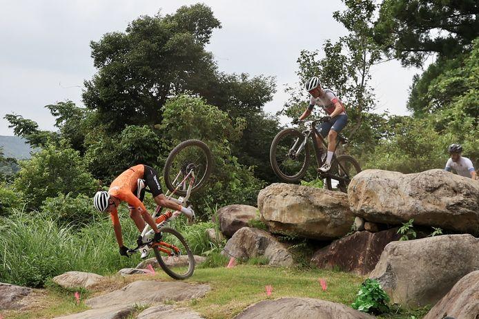 Mathieu van der Poel, Tom Pidcock blijft overeind en pakt later de winst.