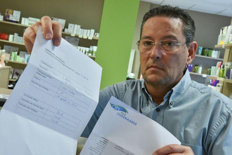 Secretaris van KSV Oudenaarde Steven Aelvoet kreeg gisteren de boete van de stad in de bus.