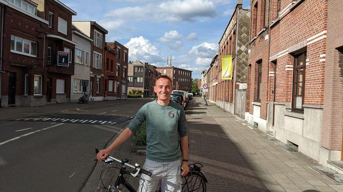 Pieter De Cock in de Gildestraat, vlakbij de fietsbrug over het Albertkanaal.