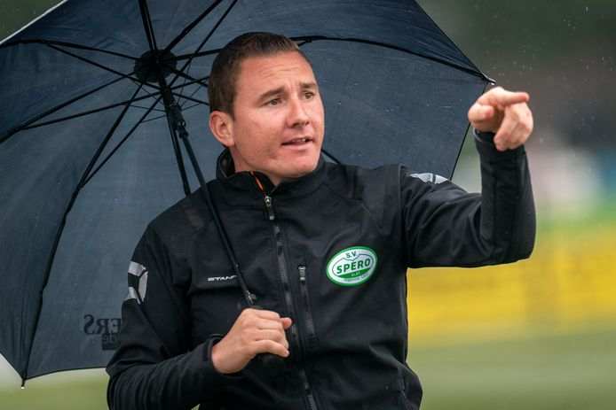 Kevin van Veen stuurt de spelers van Spero tijdens een oefenduel met SV Angeren.