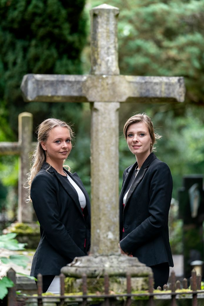 Kimberley van den Broek (links) en Angela van Riel bij begraafplaats Orthen. Zij hebben samen een eigen uitvaartbedrijf