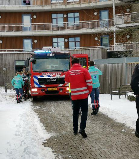 Bewoner komt om bij brand in seniorencomplex: brandweer ontruimt zes woningen in Bennekom