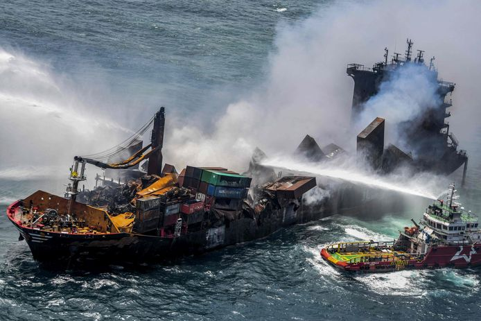 Na brand aan boord van dit vrachtschip wordt in Sri Lanka gevreesd voor een milieuramp.