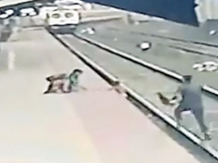Alerte spoorwegarbeider redt kind van aanstormende trein