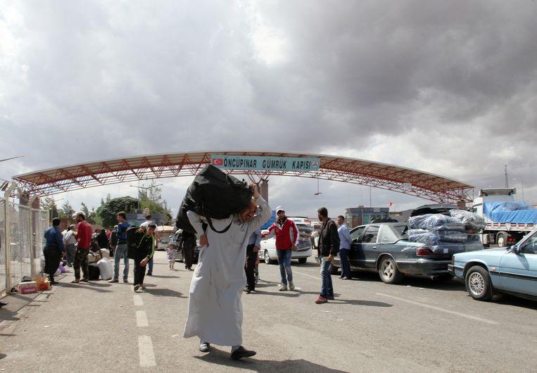 De Turks-Syrische grensovergang bij Kilis. Monique wilde hier naartoe om gesluierd Syrië in te trekken. Beeld Burhan Ozbbilici/AP