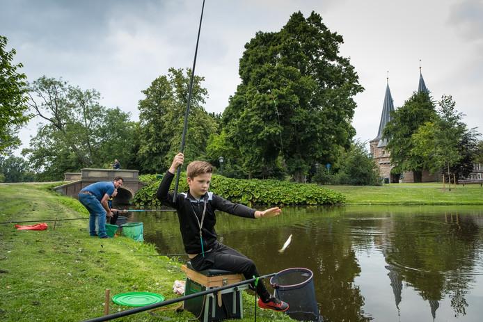 Erik Visscher vangt een vis in de stadsgracht. Nee, het is geen steur.