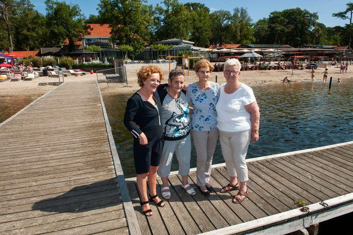 Vlnr nichtje Mieke van der Pas, zus Marianne de Laat-Van der Pas, schoonzus Miep van der Pas-Van Pinxteren en zus Henny van Laarhoven- Van der Pas.