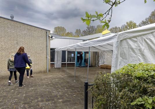 De wintertent van zwembad De Molen Hey in Schijndel maakte plaats voor een partytent.